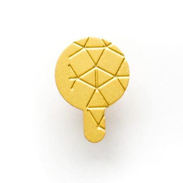 détail de la boucle d'oreille empreinte II finition doré mat détail