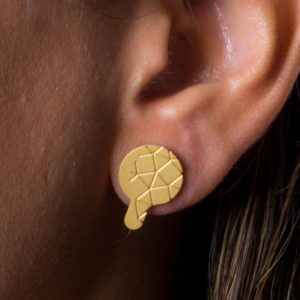 empreinte II earring mat gold finish placed on ear detail