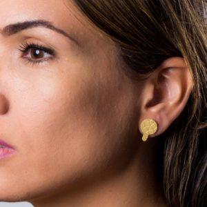 Detail Empreinte II earrings gold matt finish placed on ear