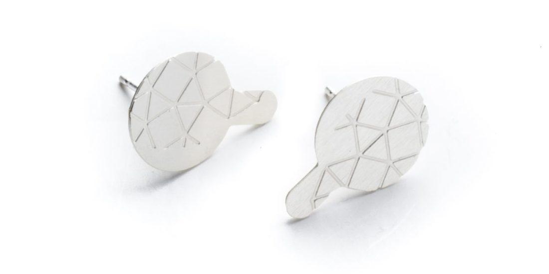 boucles d'oreilles empreinte II avec finition en argent brossée