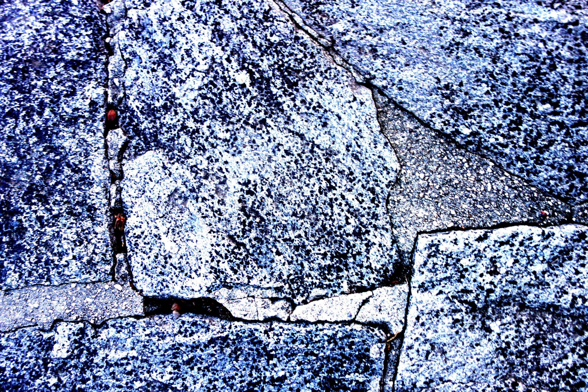 des fissures dans la pierre 01