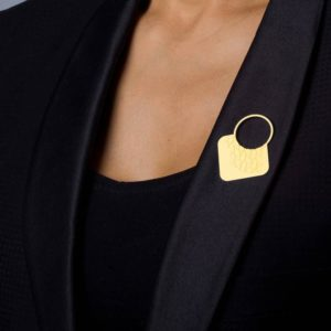 broche design empreinte-III finition or mat le revers