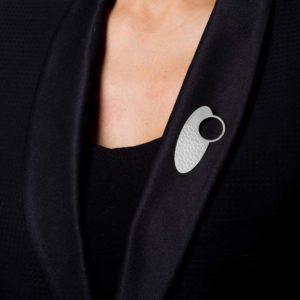 broche empreinte-IV finition argent mat posée sur le revers